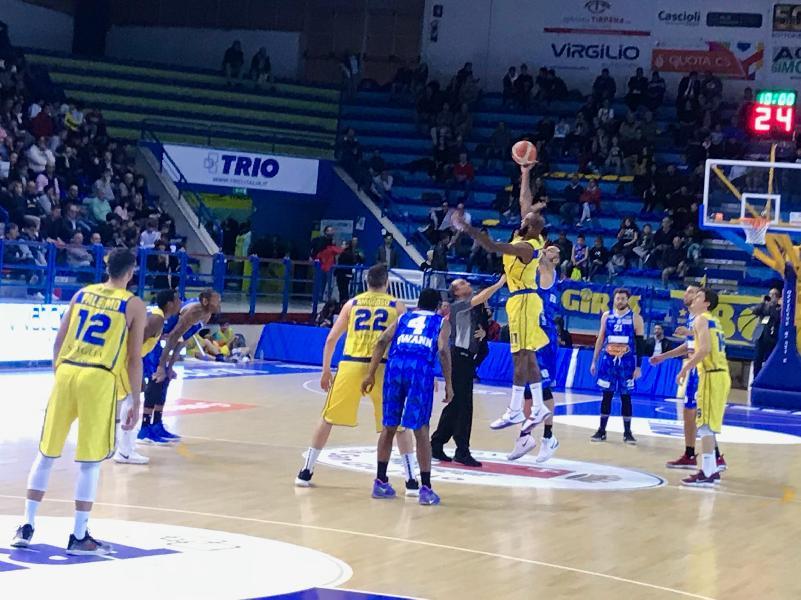 https://www.basketmarche.it/immagini_articoli/24-10-2018/poderosa-montegranaro-regola-ostico-basket-ferrara-centra-poker-600.jpg