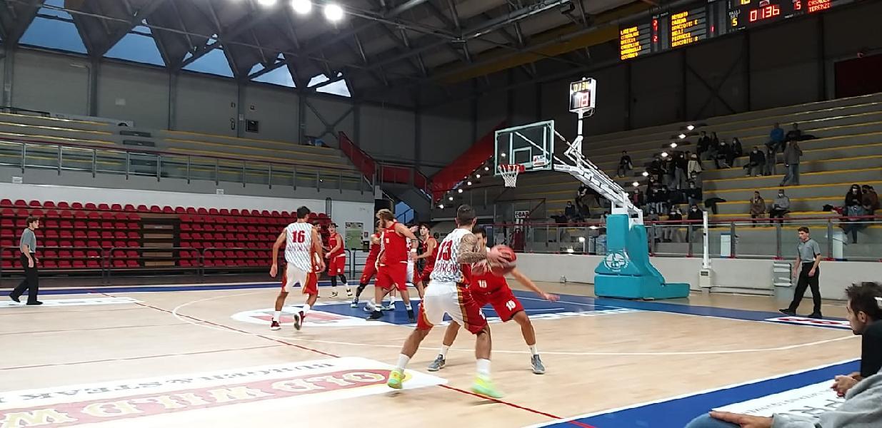 https://www.basketmarche.it/immagini_articoli/24-10-2021/basket-auximum-osimo-impone-vuelle-pesaro-600.jpg