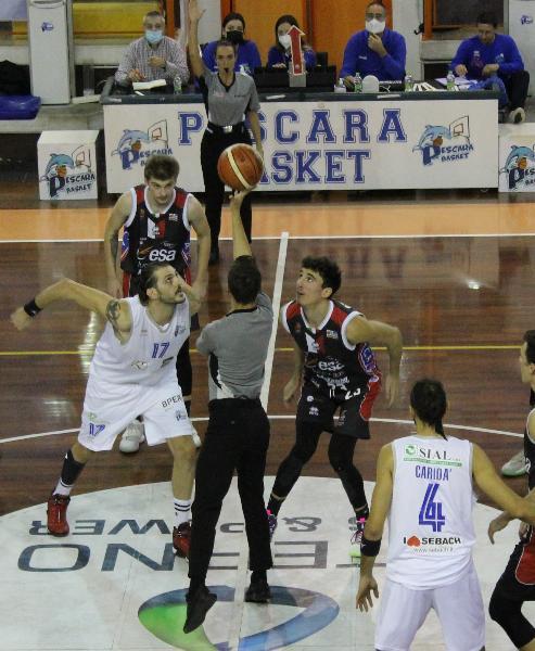 https://www.basketmarche.it/immagini_articoli/24-10-2021/pescara-trova-prima-vittoria-battendo-casa-teate-chieti-600.jpg