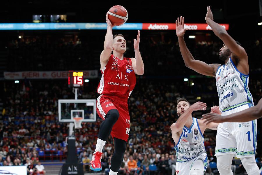 https://www.basketmarche.it/immagini_articoli/24-11-2019/triple-nedovic-lanciano-olimpia-milano-vittoria-dinamo-sassari-600.jpg