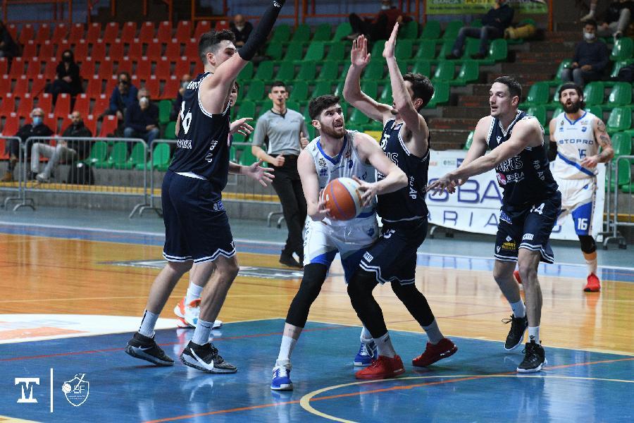 https://www.basketmarche.it/immagini_articoli/24-12-2020/convincente-vittoria-janus-fabriano-derby-virtus-civitanova-600.jpg