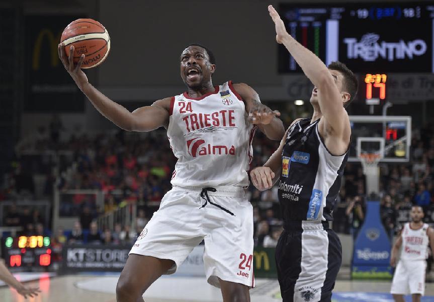 https://www.basketmarche.it/immagini_articoli/25-07-2019/ufficiale-justin-knox-giocatore-aquila-basket-trento-600.jpg