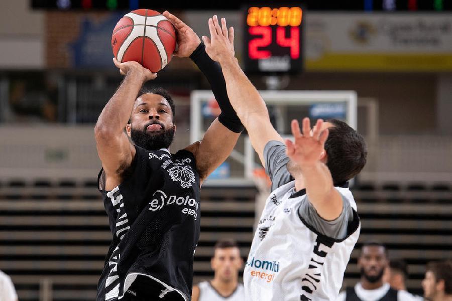 https://www.basketmarche.it/immagini_articoli/25-08-2019/buona-vanoli-cremona-supera-aquila-basket-trento-amichevole-600.jpg