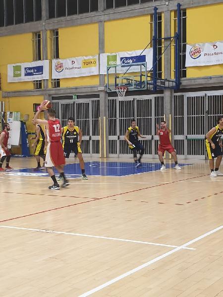 https://www.basketmarche.it/immagini_articoli/25-09-2021/amichevole-equilibrata-basket-fanum-vuelle-pesaro-600.jpg