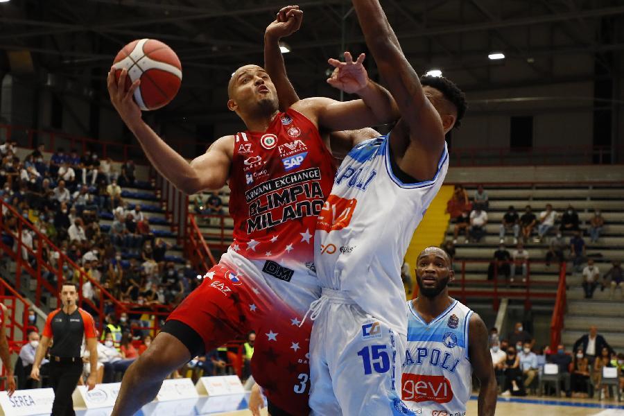 https://www.basketmarche.it/immagini_articoli/25-09-2021/esordio-positivo-olimpia-milano-espugna-campo-napoli-basket-600.jpg