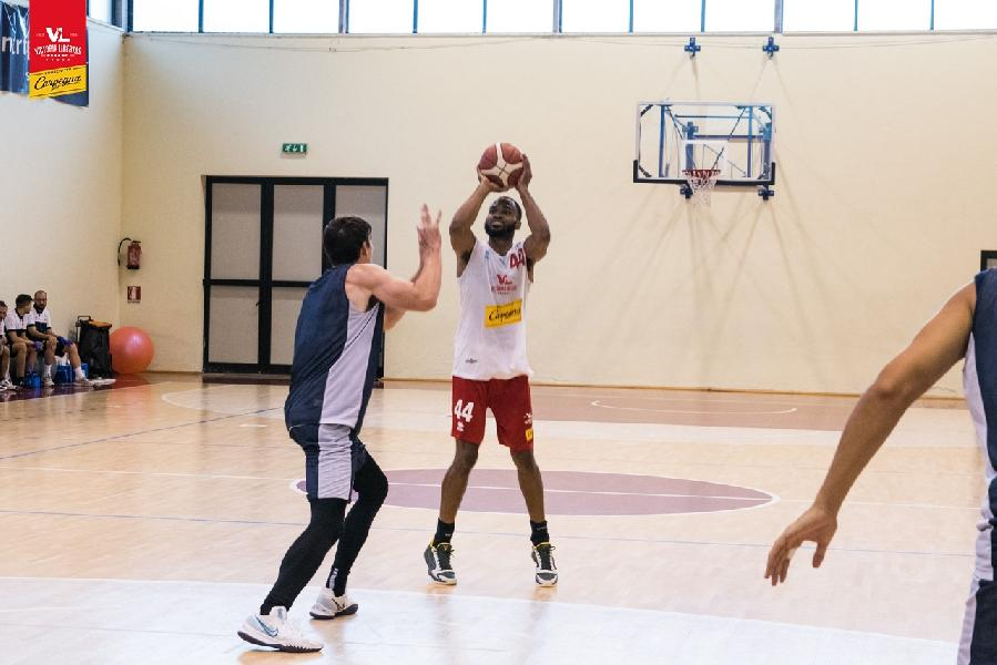 https://www.basketmarche.it/immagini_articoli/25-09-2021/pesaro-sanford-bisogna-essere-positivi-precampionato-veritiero-risultati-600.jpg