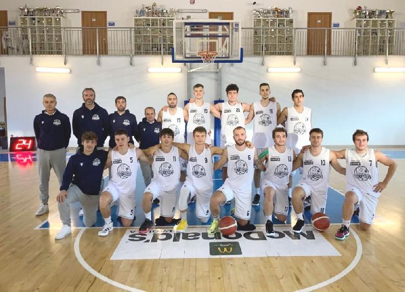https://www.basketmarche.it/immagini_articoli/25-10-2021/basket-aquilano-rompe-ghiaccio-conquista-prima-vittoria-stagionale-600.jpg