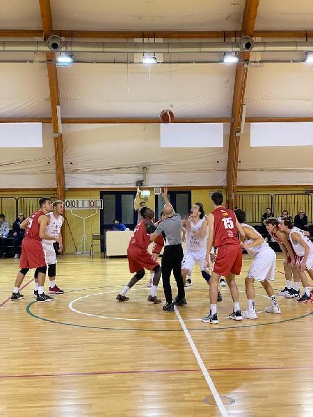 https://www.basketmarche.it/immagini_articoli/25-10-2021/eccellenza-pesaro-vince-derby-bramante-pesaro-dopo-supplementare-600.jpg