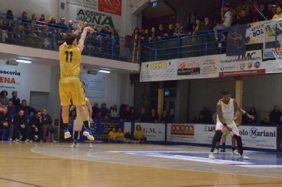 https://www.basketmarche.it/immagini_articoli/26-01-2020/sutor-montegranaro-questa-male-giulianova-basket-passa-bombonera-600.jpg