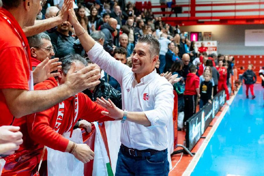 https://www.basketmarche.it/immagini_articoli/26-05-2020/bakery-piacenza-ufficiale-conferma-coach-campanella-orgoglioso-scelta-club-puntare-ancora-600.jpg