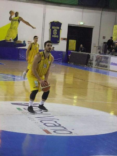 https://www.basketmarche.it/immagini_articoli/26-07-2019/salta-passaggio-falconara-basket-matteo-larizza-pallacanestro-recanati-600.jpg