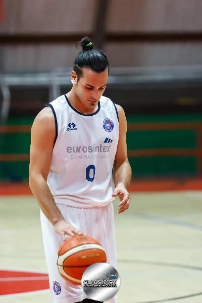 https://www.basketmarche.it/immagini_articoli/26-08-2021/ascoli-basket-batte-colpo-ufficiale-arrivo-matteo-caggiula-600.jpg