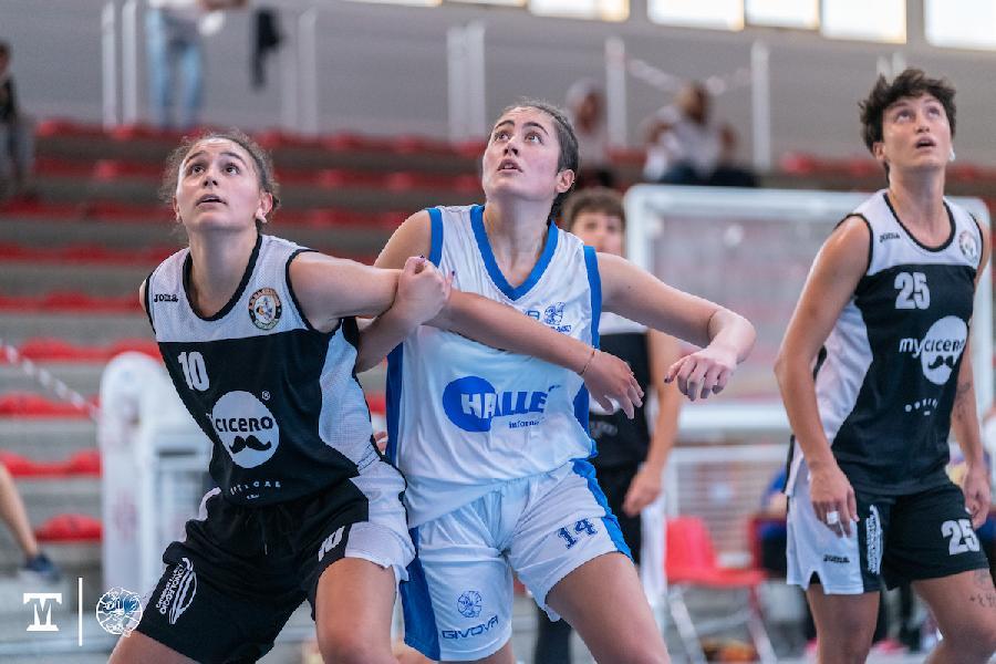 https://www.basketmarche.it/immagini_articoli/26-09-2021/memorial-greta-ortenzi-thunder-matelica-fabriano-supera-basket-2000-senigallia-600.jpg