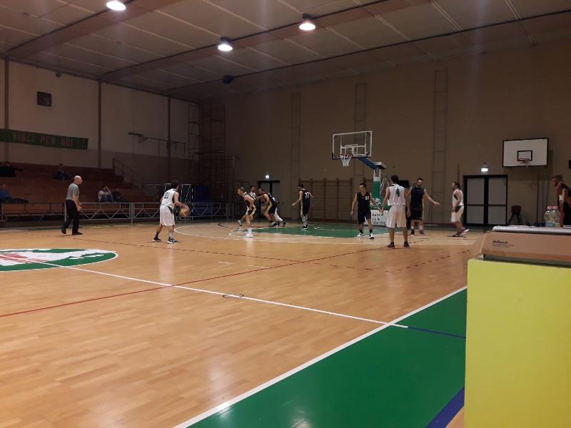 https://www.basketmarche.it/immagini_articoli/26-10-2019/esordio-positivo-basket-vadese-regola-adriatica-trashmen-pesaro-600.jpg