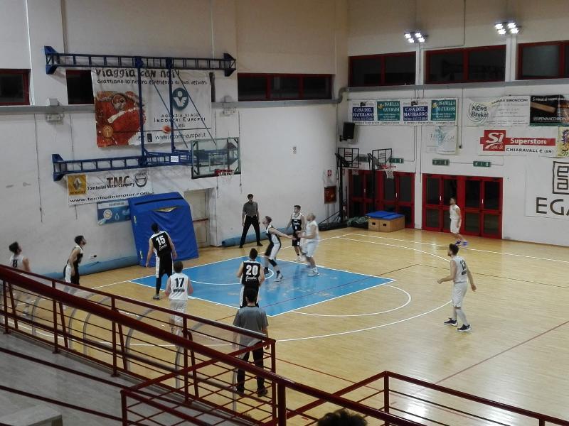 https://www.basketmarche.it/immagini_articoli/27-01-2019/regionale-loreto-testa-seguono-acqualagna-basket-giovane-bene-fano-durante-urbania-600.jpg