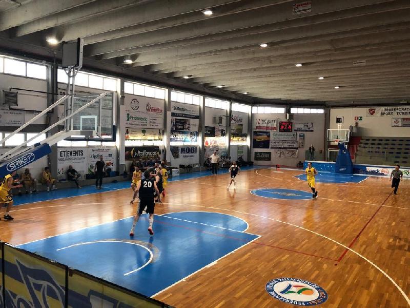 https://www.basketmarche.it/immagini_articoli/27-04-2019/silver-playoff-airino-termoli-batte-nettamente-pallacanestro-fermignano-semifinale-600.jpg