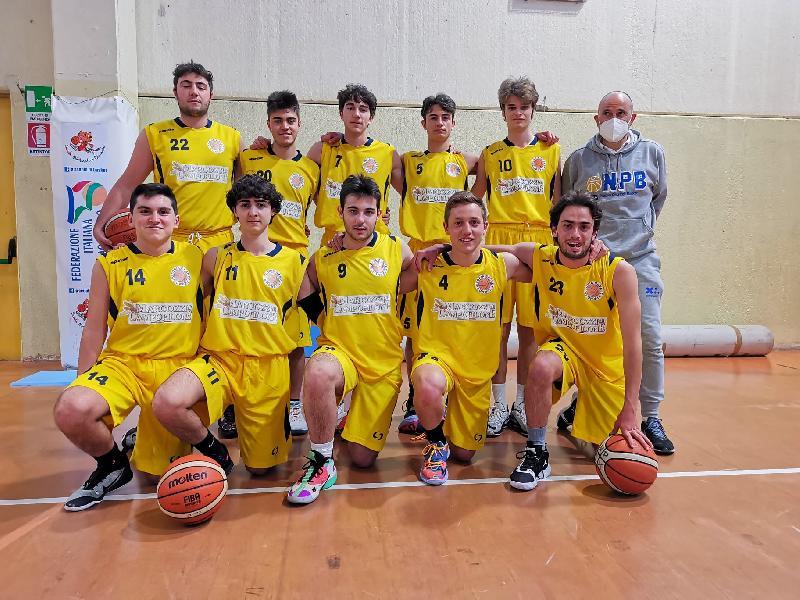 https://www.basketmarche.it/immagini_articoli/27-04-2021/under-gold-esordio-positivo-victoria-fermo-stamura-ancona-volata-600.jpg