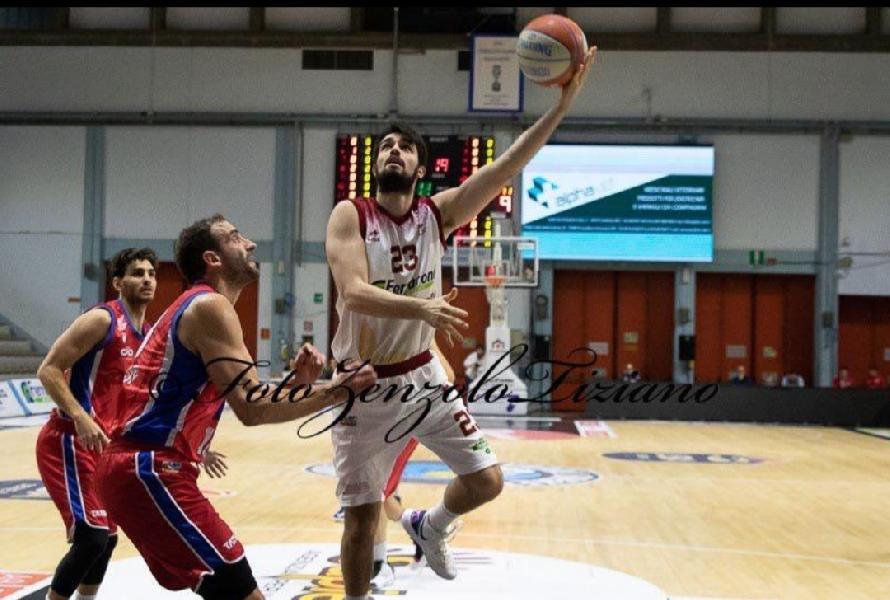 https://www.basketmarche.it/immagini_articoli/27-08-2020/ufficiale-alessandro-esposito-giocatore-teramo-spicchi-600.jpg