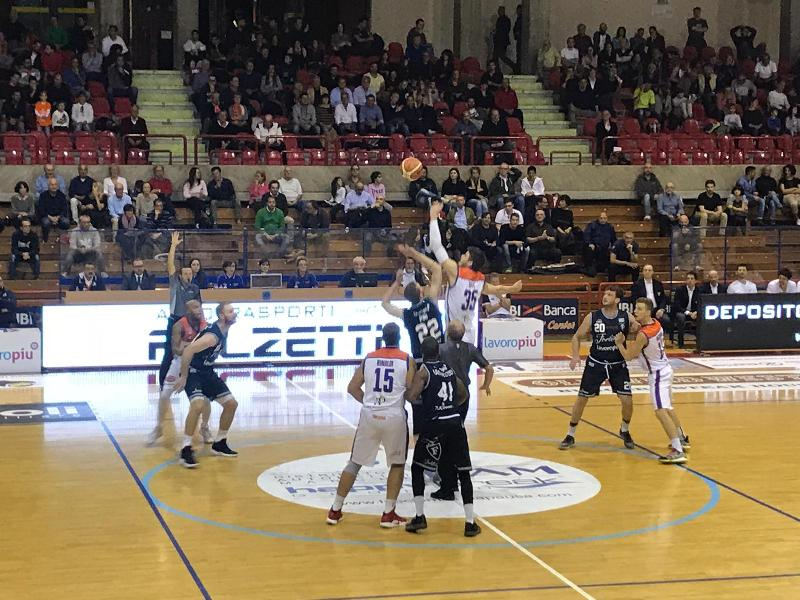 https://www.basketmarche.it/immagini_articoli/27-10-2018/pagelle-aurora-jesi-fortitudo-bologna-bene-mascolo-jones-hasbrouck-male-jesini-600.jpg