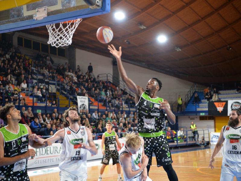 https://www.basketmarche.it/immagini_articoli/27-10-2019/derby-amaro-rekico-faenza-campo-tigers-cesena-600.jpg