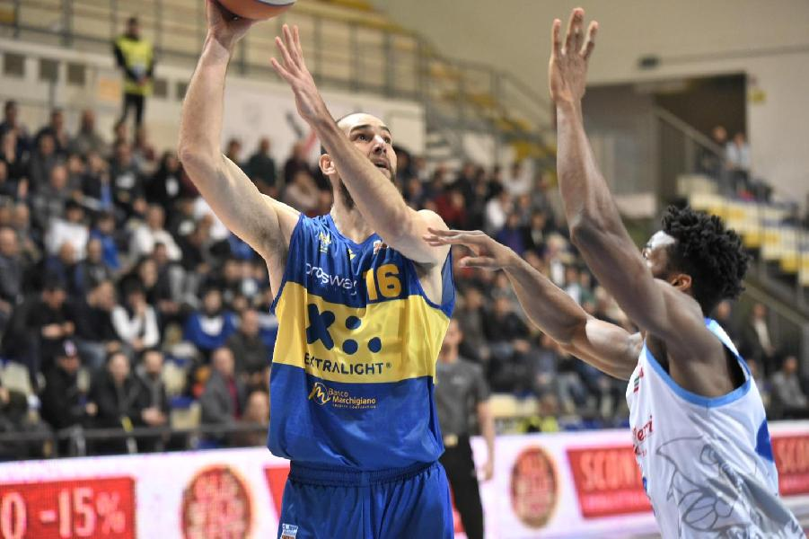 https://www.basketmarche.it/immagini_articoli/28-01-2020/supplementare-sorride-poderosa-montegranaro-campo-roseto-sharks-decisivi-bonacini-marulli-600.jpg