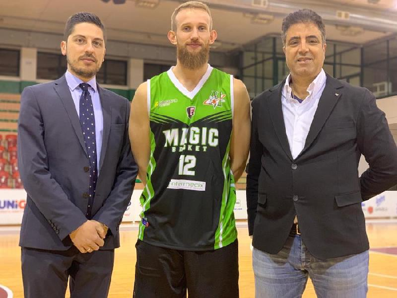 https://www.basketmarche.it/immagini_articoli/28-02-2019/magic-basket-chieti-chiude-mercato-botto-firmata-guardia-inglese-hart-600.jpg