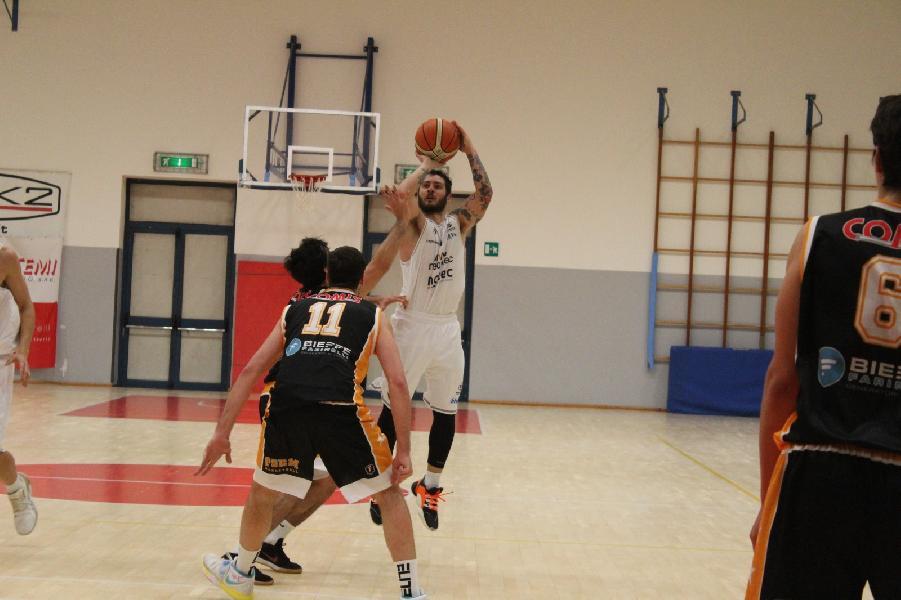 https://www.basketmarche.it/immagini_articoli/28-03-2021/niente-fare-pisaurum-pesaro-derby-bramante-600.jpg