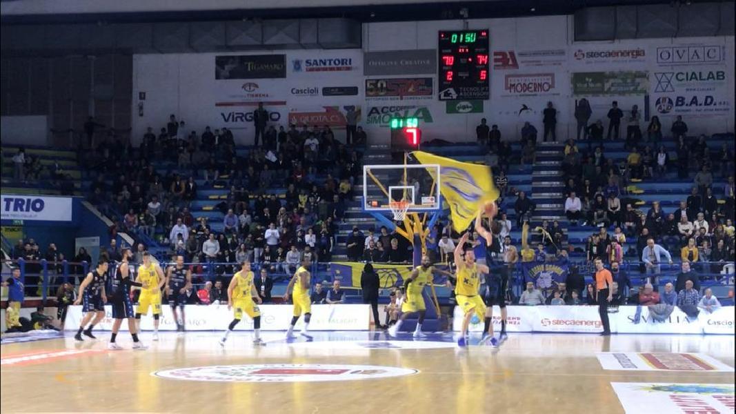 https://www.basketmarche.it/immagini_articoli/28-04-2019/pagelle-montegranaro-latina-simmons-cucci-migliori-bene-corbett-carlson-600.jpg