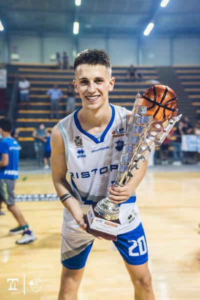 https://www.basketmarche.it/immagini_articoli/28-06-2021/complimenti-pallacanestro-urbania-durantino-gianmarco-gulini-promozione-serie-600.jpg