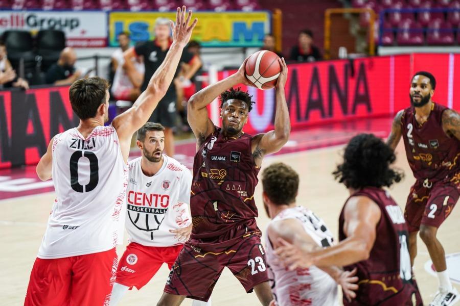 https://www.basketmarche.it/immagini_articoli/28-08-2021/buona-prima-sgambata-reyer-venezia-benedetto-cento-600.jpg