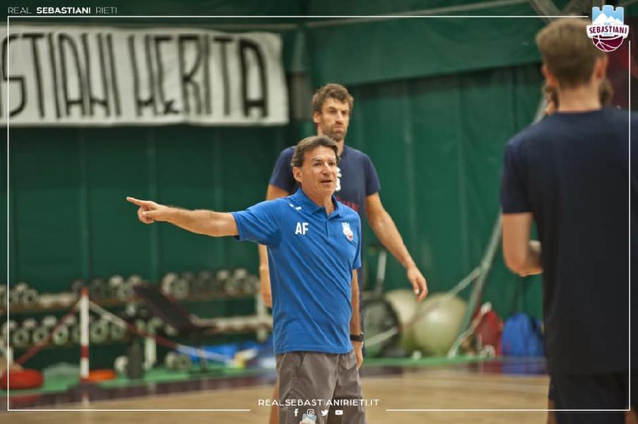 https://www.basketmarche.it/immagini_articoli/28-08-2021/real-sebastiani-coach-finelli-amichevole-squadra-testare-subito-qualit-lavoro-svolto-600.jpg