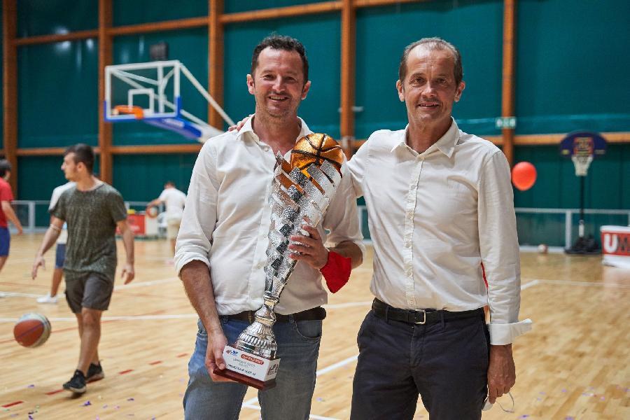 https://www.basketmarche.it/immagini_articoli/28-09-2021/giulio-iozzelli-premiato-dirigente-anno-20202021-serie-600.jpg