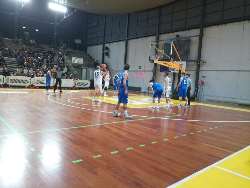https://www.basketmarche.it/immagini_articoli/28-10-2019/atomika-spoleto-aggiudica-merito-derby-giromondo-spoleto-600.jpg