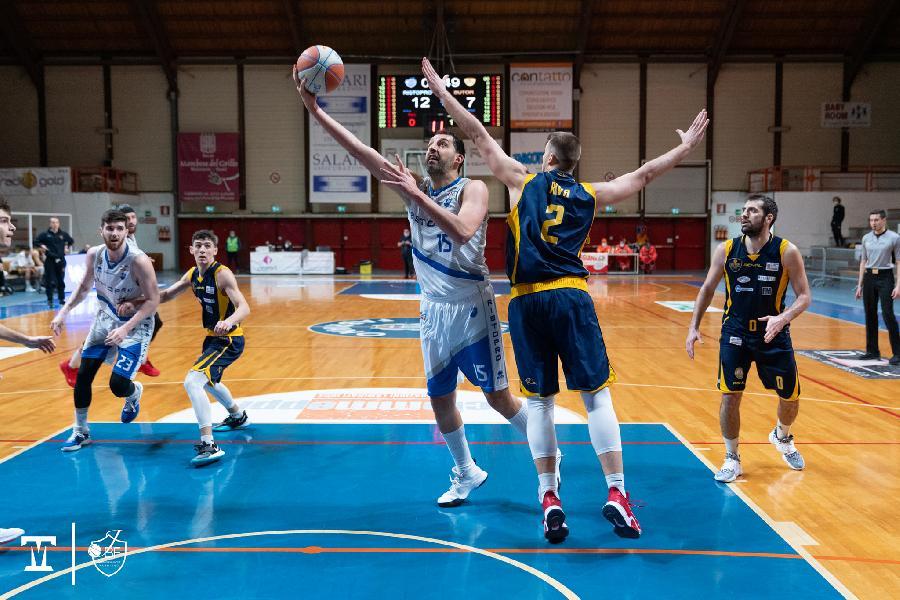 https://www.basketmarche.it/immagini_articoli/29-01-2021/fabriano-luca-garri-dobbiamo-essere-aggressivi-cinici-pesa-assenza-fattore-campo-600.jpg