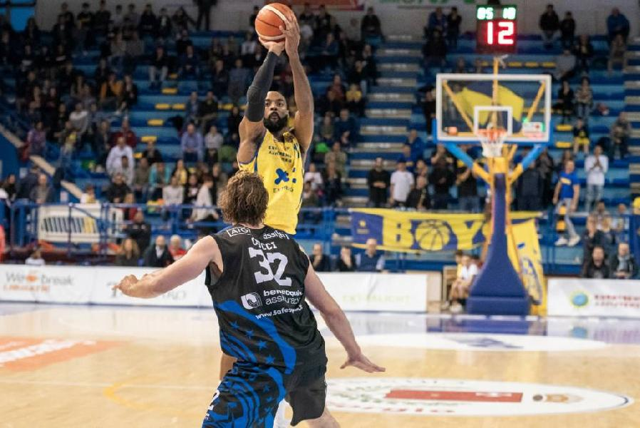 https://www.basketmarche.it/immagini_articoli/29-04-2019/poderosa-montegranaro-risale-conquista-latina-basket-600.jpg