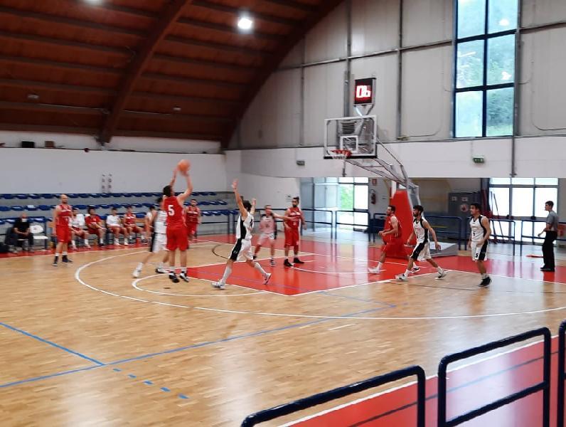https://www.basketmarche.it/immagini_articoli/29-05-2021/pallacanestro-urbania-vince-derby-campo-pallacanestro-acqualagna-super-quarto-600.jpg