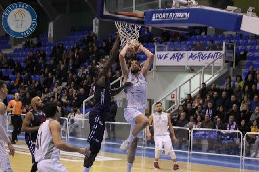 https://www.basketmarche.it/immagini_articoli/29-07-2020/ufficiale-tommaso-guariglia-giocatore-dellassigeco-piacenza-600.jpg