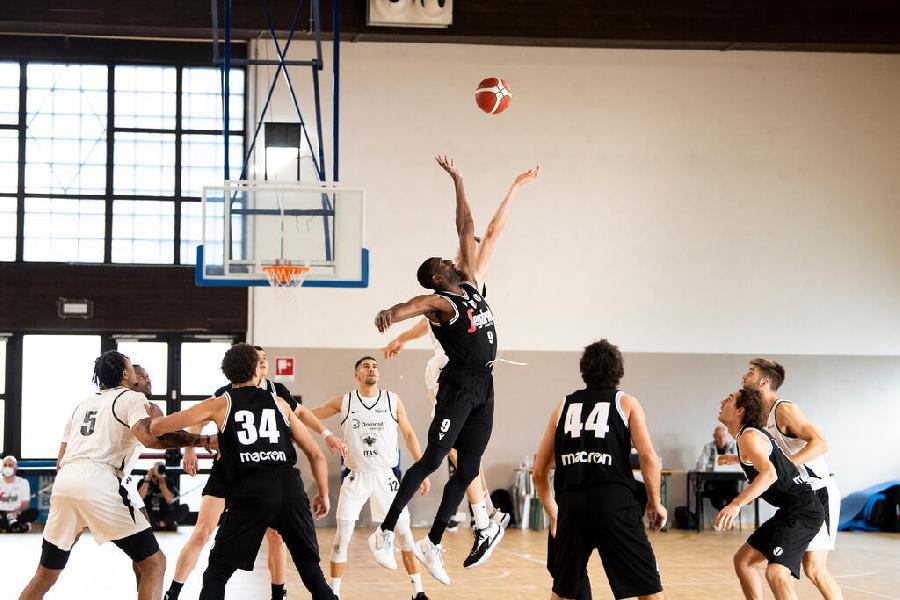 https://www.basketmarche.it/immagini_articoli/29-08-2021/grande-intensit-ritmo-test-amichevole-virtus-bologna-aquila-basket-trento-600.jpg
