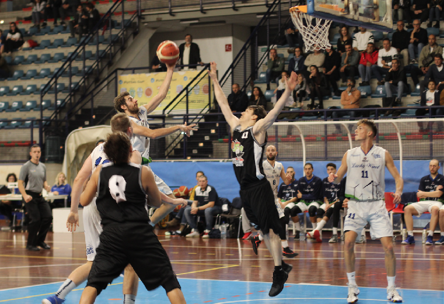 https://www.basketmarche.it/immagini_articoli/29-10-2018/foligno-basket-rialza-falconara-palapaternesi-600.png