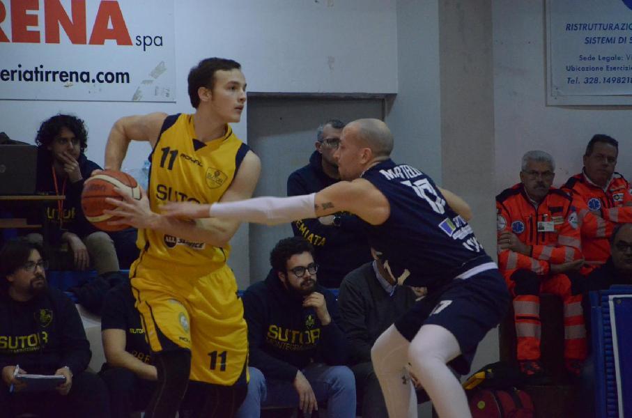 https://www.basketmarche.it/immagini_articoli/30-04-2019/gold-playoff-date-ufficiali-semifinale-unibasket-lanciano-sutor-montegranaro-600.jpg