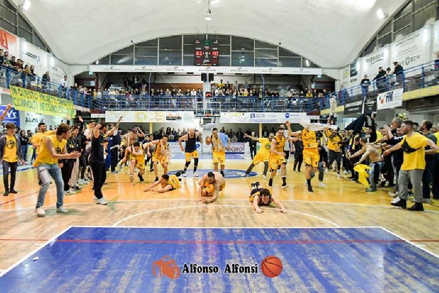 https://www.basketmarche.it/immagini_articoli/30-05-2019/sutor-montegranaro-trionfo-gialloblu-forti-sfumature-biancorosse-600.jpg