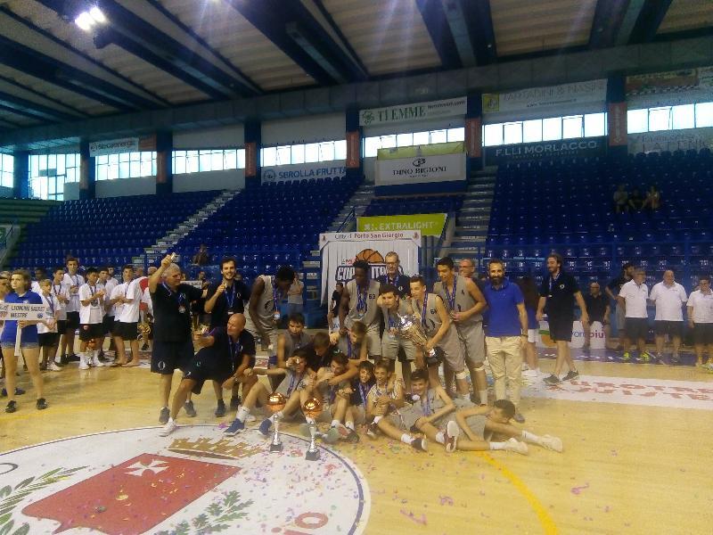 https://www.basketmarche.it/immagini_articoli/30-06-2019/finali-nazionali-oxygen-bassano-campione-italia-desio-finale-mestre-600.jpg