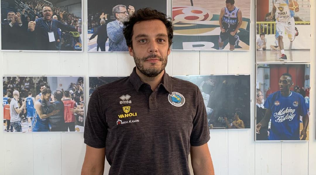 https://www.basketmarche.it/immagini_articoli/30-07-2020/vanoli-cremona-allenatore-ufficiale-firma-paolo-galbiati-600.jpg