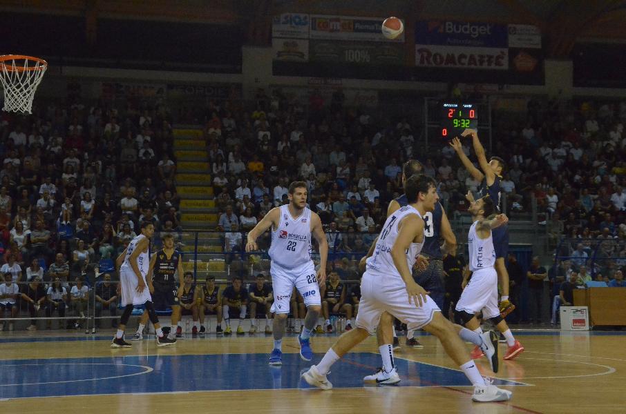 https://www.basketmarche.it/immagini_articoli/30-09-2019/carica-1000-tifosi-basta-sutor-montegranaro-virtus-civitanova-aggiudica-derby-600.jpg