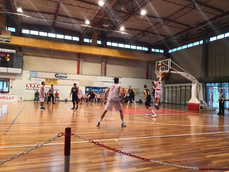 https://www.basketmarche.it/immagini_articoli/30-09-2019/pallacanestro-recanati-supera-teramo-spicchi-aggiudica-memorial-zingaro-600.jpg