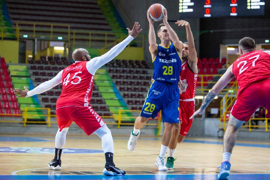 https://www.basketmarche.it/immagini_articoli/30-09-2020/tripla-james-regala-vittoria-oras-ravenna-scaligera-verona-600.jpg