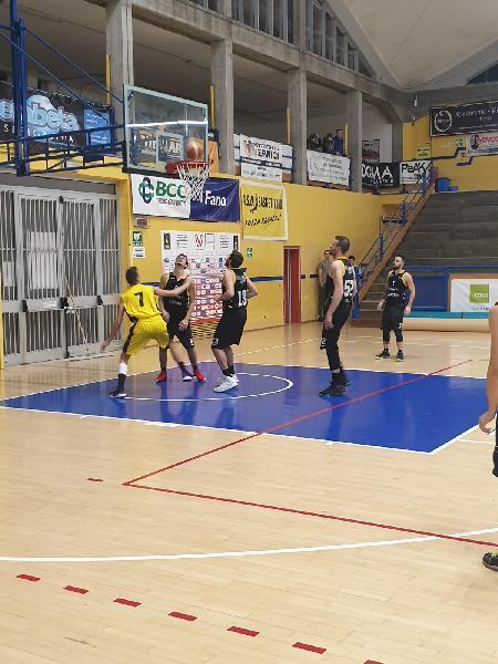 https://www.basketmarche.it/immagini_articoli/30-11-2019/basket-fanum-conquista-terza-vittoria-consecutiva-brown-sugar-fabriano-600.jpg