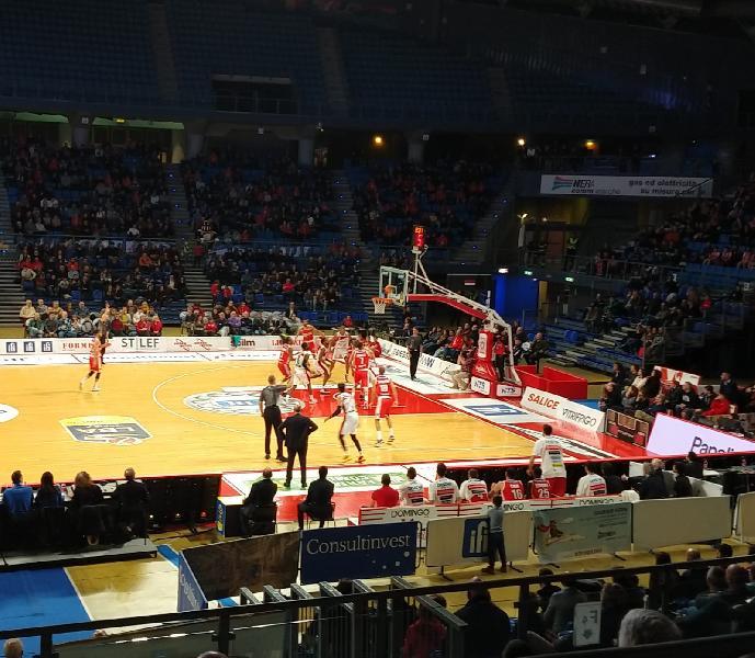 https://www.basketmarche.it/immagini_articoli/30-12-2018/pagelle-pesaro-varese-salva-mccree-pesaresi-avramovic-600.jpg