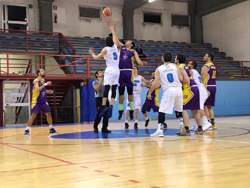 https://www.basketmarche.it/immagini_articoli/31-01-2019/coccia-stilla-trascinano-storm-ubique-ascoli-vittoria-campo-sangiorgese-2000-600.jpg