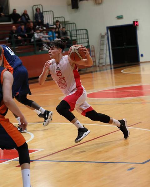 https://www.basketmarche.it/immagini_articoli/31-08-2021/basket-assisi-piazza-colpo-ufficiale-arrivo-play-michele-gatto-600.jpg